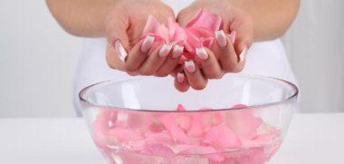 استخدامات ماء الورد للحفاظ على جمال البشرة