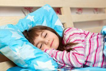 نصائح تساعك في تنظيم نوم الطفل أثناء فترة الدراسة