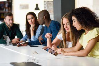 مساعدة المراهقين على البقاء آمنين داخل الدردشة من التحرش الجنسي
